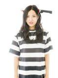 A faca vestindo da jovem mulher asiática triste deu forma à faixa do cabelo nos prisioneiros uniformes Fotografia de Stock