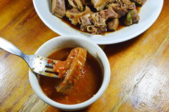 Facada cozinhada da carne do pato na forquilha que mergulha com molho picante e ácido Imagens de Stock
