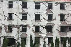 Facade av byggande efter jordskalv Arkivbild