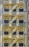 Facade av den historiska skyskrapan Arkivbilder