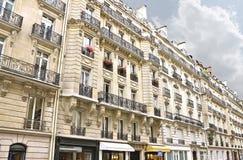 Facade av en traditionell byggnad i Paris, Royaltyfri Foto