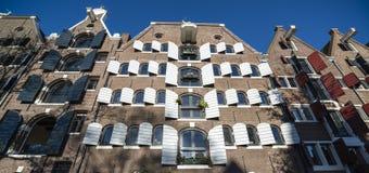 Facades av amsterdam med slutare arkivbild
