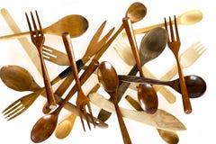 Facas, colheres e forquilhas de madeira no fundo branco Fotografia de Stock