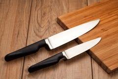 Facas de cozinha na madeira fotografia de stock