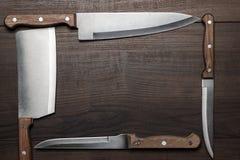 Facas de cozinha na tabela de madeira marrom Foto de Stock