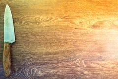Facas de cozinha sentadas em um fundo de madeira Foto de Stock Royalty Free