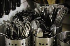 Facas e cutelaria molhadas das forquilhas Fotografia de Stock Royalty Free