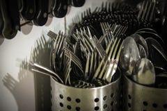 Facas e cutelaria molhadas das forquilhas Foto de Stock Royalty Free