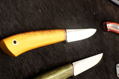 Facas e machados bonitos na pele de um urso Fotos de Stock
