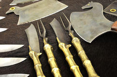 Facas e machados bonitos na pele de um urso Imagem de Stock Royalty Free