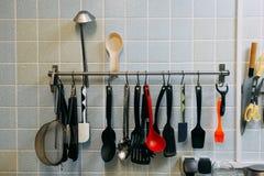Facas e outras ferramentas na cozinha, cozinhando o equipamento com aço imagem de stock