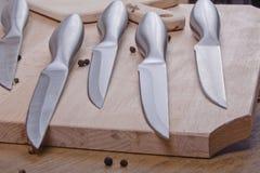 Facas na madeira Foto de Stock Royalty Free