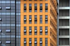 Facaxde des orange Bürohauses lizenzfreie stockbilder