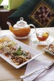 Faccia colazione con beafsteak, pane, la verdura ed il tè Fotografie Stock