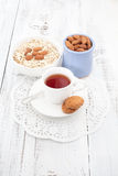 Faccia colazione con i biscotti, l'avena e la mandorla casalinghi con la tazza di tè Immagini Stock Libere da Diritti