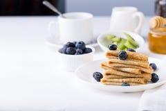 Faccia colazione con i crêpe, i mirtilli ed il caffè sottili dei pancake Immagine Stock Libera da Diritti
