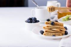 Faccia colazione con i crêpe, i mirtilli ed il caffè sottili dei pancake Fotografie Stock Libere da Diritti