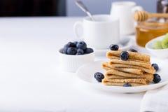 Faccia colazione con i crêpe, i mirtilli ed il caffè sottili dei pancake Fotografia Stock Libera da Diritti