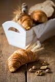 Faccia colazione con i croissant di recente al forno - stile d'annata immagini stock libere da diritti