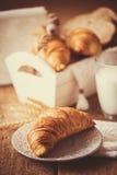 Faccia colazione con i croissant di recente al forno - stile d'annata fotografia stock