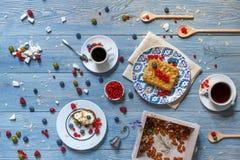 Faccia colazione con il pisello al forno e le bacche a legno rustico blu Fotografia Stock Libera da Diritti