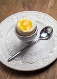 Faccia colazione con l'uovo à la coque, sopra vecchio di legno Fotografia Stock