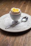 Faccia colazione con l'uovo à la coque, sopra vecchio di legno Immagini Stock