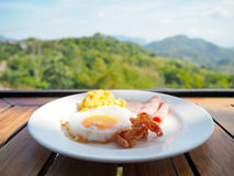 Faccia colazione con l'uovo fritto, il bacon del prosciutto e l'uovo rimescolato immagini stock libere da diritti