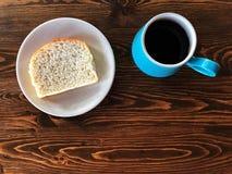 Faccia colazione con la tazza di caffè nero ed il pane casalingo dentro con il piatto immagini stock