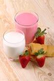 Faccia colazione con latte, il frullato della fragola e lo spuntino di pomeriggio Immagini Stock