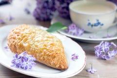 Faccia colazione con latte, pane con il formaggio Gouda fotografia stock