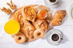 Faccia colazione con le pasticcerie francesi, il succo e l'inceppamento differenti fotografie stock libere da diritti