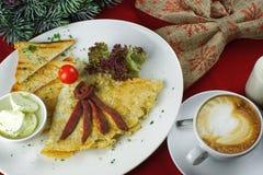 Faccia colazione con le uova, il caffè ed il pane tostato rimescolati Immagini Stock