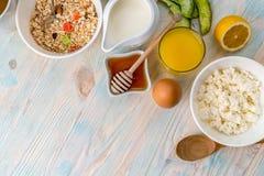 Faccia colazione con le vitamine, copyspace lasciato dal lato Immagine Stock