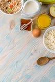 Faccia colazione con le vitamine, copyspace lasciato dal lato Fotografie Stock
