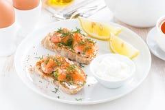 Faccia colazione con pane, formaggio di color salmone e cremoso salato Fotografie Stock