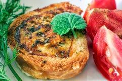 Faccia colazione con toaste ed i pomodori sul piatto bianco Primo piano Immagini Stock Libere da Diritti