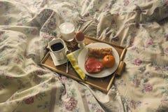Faccia colazione su un vassoio di legno su un letto Immagini Stock Libere da Diritti