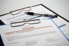 Faccia domanda per il nuovo lavoro dall'applicazione e riprenda il documento Immagini Stock Libere da Diritti