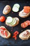 Faccia festa il vassoio con i panini con patè e le verdure Fotografia Stock Libera da Diritti