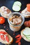Faccia festa il vassoio con i panini con patè e le verdure In barattolo Fotografie Stock