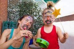Faccia festa la banda di musica della madre e di piccolo bambino Fotografia Stock Libera da Diritti