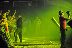 Faccia festa la gente nel cerchio dorato ad un concerto Fotografia Stock