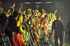 Faccia festa la gente nel cerchio dorato ad un concerto Immagini Stock