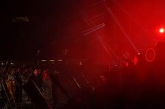 Faccia festa la gente nel cerchio dorato ad un concerto Immagini Stock Libere da Diritti
