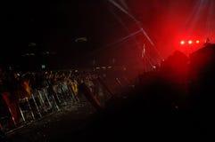 Faccia festa la gente nel cerchio dorato ad un concerto Fotografie Stock Libere da Diritti