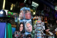 Faccia festa le maschere di Trump, principe Harry e Meghan Markle di Putin sulla vendita con le cartoline nel deposito di convien fotografie stock libere da diritti