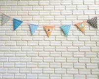Faccia festa le strisce della bandiera di colore pastello sulla parete (colpo medio) Immagine Stock Libera da Diritti