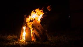 Faccia fuoco la combustione contro la notte, fuoco di accampamento su calore scuro di notte di autunno fotografie stock