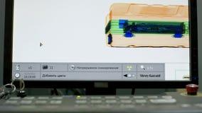 Faccia i raggi x del colpo di schermo nell'aeroporto sul controllo di sicurezza Macchina di ricerca del controllo di sicurezza ae stock footage